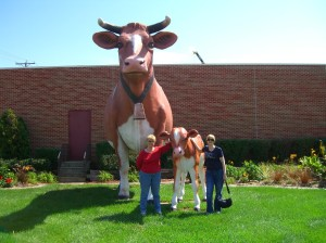 After the market, Mom and I pose with the famous giant cows outside of Anderson Erickson.